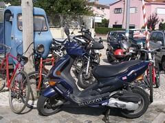 Mais bikes e motas do outro lado da rua, frente à PSP