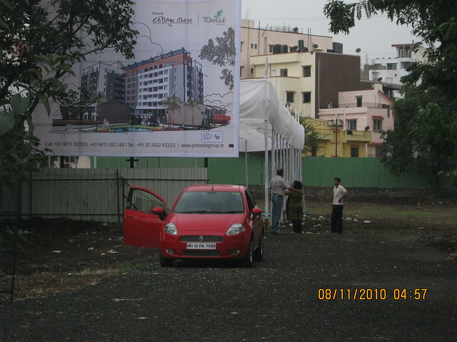 Pinnacle Cottage Close at 'Abhiruchi Village' on Sinhagad Road Pune 411 041 - property buyers at the site on the day after the launch