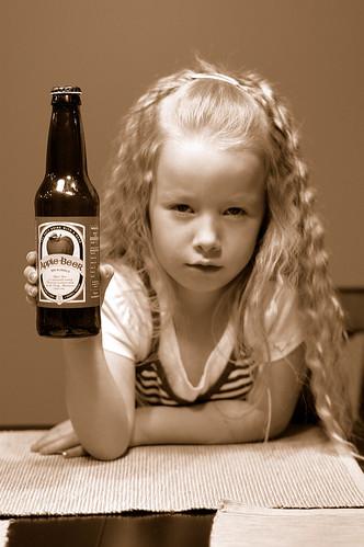 フリー写真素材, 人物, 子供, 少女・女の子, セピア, 酒・アルコール, アメリカ人,