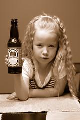 [免费照片] 人物, 孩子, 少女・女孩, 乌贼, 酒, 美國人, 200807151800