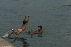 Ambasamudram:  Helping Hand ! (Sankar Salvady) Tags: river india native ambai ambasamudram tirunelveli tamilnadu tamirabarani tamiraparani sankar sankarsalvady shankar shankarsalvady sankarasubramanian candid sankarasalvady tamilculture salvady canoneos30d canon portrait portraits thirunelveli helpinghands         ruralindia indianvillages