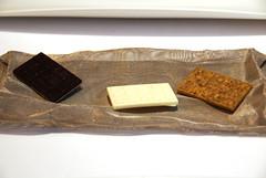 Chocolate salado de cassis, yogur y pistacho