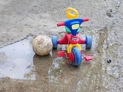 100_0413 (RobertoGuido) Tags: triciclo pallone pozzanghera