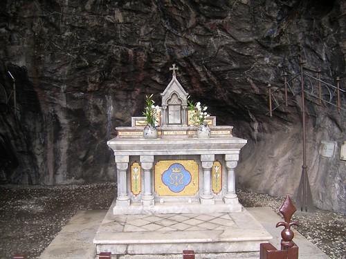 洞窟に隠された聖なるものはなに?