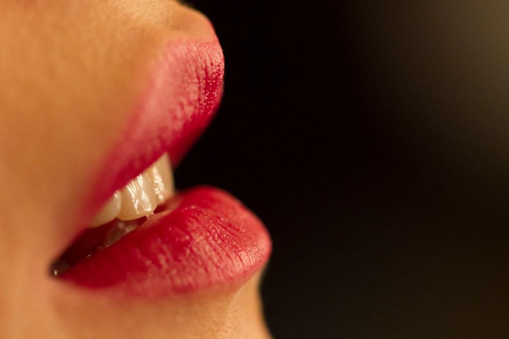 Los labios rojos de esta modelo, reciben los toques finales de maquillaje en Paraguay Alta Moda. (Tetsu Espósito - Asunción Paraguay)