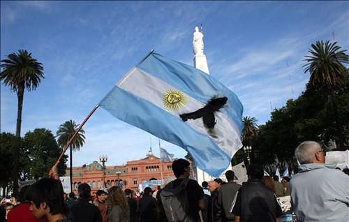 Miles de Personas Asistieron al Velatorio en La Casa Rosada (4)