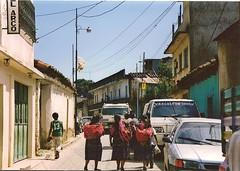 """Jeunes Filles guatmaltques"" (manu/manuela) Tags: girls strada market guatemala woven rue mercato march stree chichicastenango fabrics youngladies dopoilmercato backtomarket retourdemarch jeunesfemmes"