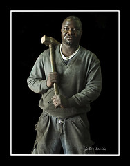 Heredero de Kunta Kinte (levilo) Tags: lafotodelasemana trabajo gente negro olympus moreno levilo gambiano lfs062007