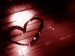 Feliz dia do amigo! (atrasado) (Anitah) Tags: friends light red amigos luz glass car rain vidro heart chuva vermelho explore corao raindrops carro s2 trnsito pingos