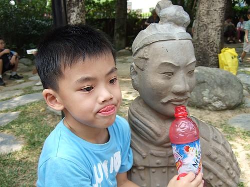 2007_0729  Ray請兵馬俑喝飲料