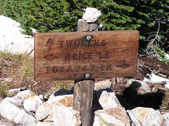 Trailmarker for Twin Lakes and towards Snowyside Pass