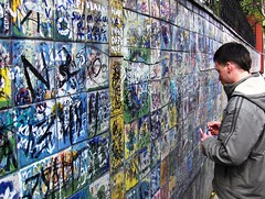 Signing (tallpaul34a) Tags: wall peace russia moscow  1on1peoplephotooftheday 1on1peoplephotoofthedayjune2007