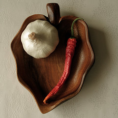 Pepper and garlic (Pawel Boguslawski) Tags: red stilllife brown canon pepper garlic blueribbonwinner 400d