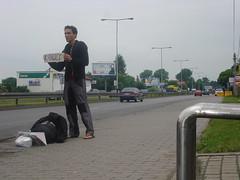 mężczyzna łapie stopa