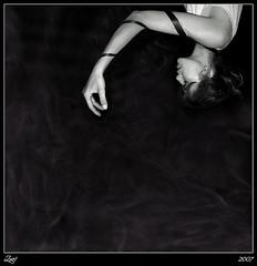Mmmmmho... (z-nub) Tags: portrait people blackandwhite bw woman black blancoynegro digital canon hair zoe mujer hands perfil retrato negro longhair bodylanguage manos bn personas pelo pelolargo extremidad znub zoelv ltytr2 ltytr1 formatocuadrado chercherlafemme víscerasyotrasmetáforas bnysimilares cuadraditas cuadradita personasquenosondelacalle zoelópez cuadradosverticales sinacento
