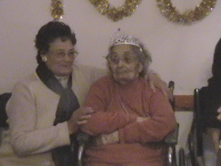 María Suarez de Reynoso junto a una de sus Hijas