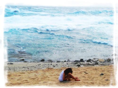 巨浪滔天,在海灘撿貝殼沙的凱洛