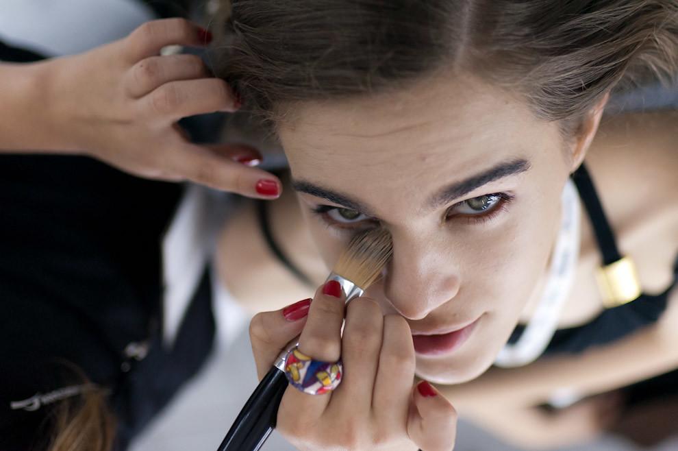 Elina Yaboski es maquillada para el desfile de Florencia Soerensen el domingo 26 de Setiembre en Asunción Fashion Week. (Elton Núñez - Asunción, Paraguay)