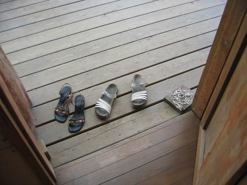鞋子被扔在這裡應該也很高興