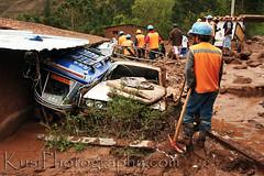 Landslide Urubamba - Huayco Urubamba (Kusi Seminario) Tags: agua rocks mud destruction help landslide mudslide piedras lodo ayuda desastre whater damnificados huayco