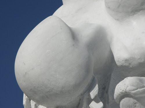 Sculpture monumentale en marbre de Carrare représentant une tête de Vierge renversée dont la beauté est uniquement suggérée par une forme très pure – Sandrine Vallée