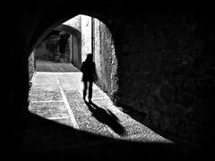 ga ntt (piriskoskis.) Tags: street bw woman night shadows stones silhouettes tunnel girona bn cobblestones paving zs1 tz6