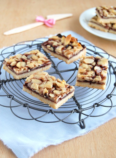 Almond and jam bars / Barrinhas de geléia e amêndoa