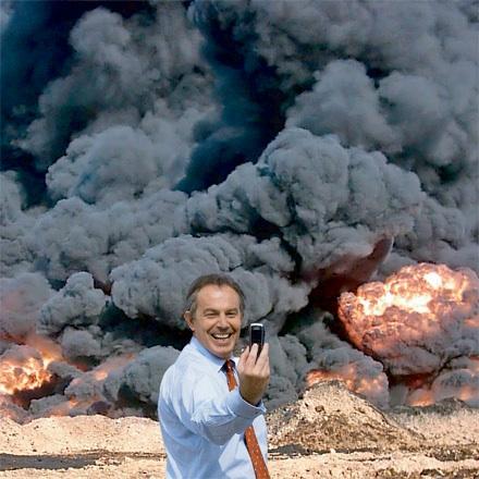 Blair haciéndose una foto en Irak, obra de Banksy