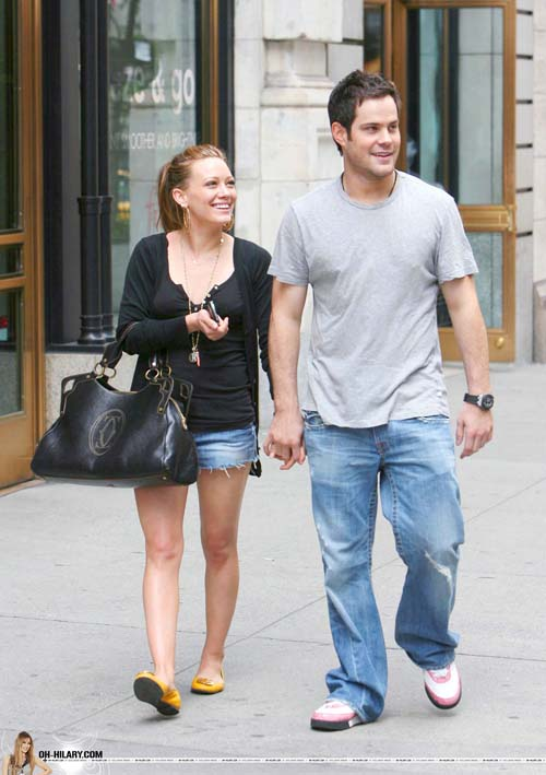 hilary-duff-mike-comrie-nyhands-04