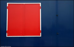 Red and blue | Rood en blauw (Dit is Suzanne) Tags: 09092007 nederland netherlands нидерланды groningen гронинген gravenburg maresiusstraat canondigitalrebel sigma18125mm13556 ©ditissuzanne raam window окно blauw blue синийцвет rood red красныйцвет img9425 explore nederlandbelicht views1600 187