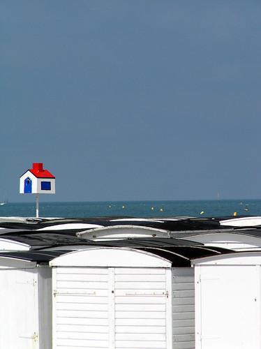 la petite maison qui se prennait pour une grande... -- beach hut sea beachhut maison normandy normandie sun lehavre soleil cabinedeplage havre