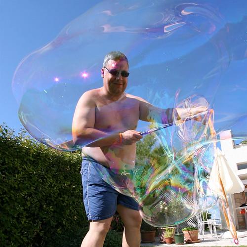 Tristan Nitot en train de faire une bulle de savon géante