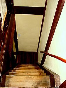 超陡的樓梯。上樓喘噓噓,下樓要小心。