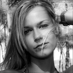 Ensayo con Nevi (m@tr) Tags: portrait blackandwhite bw woman blancoynegro chica retrato modelo nevi canonspeedlite430ex canonefs1855mmf3556 lunesalsol canoneos400ddigital mtr marcovianna
