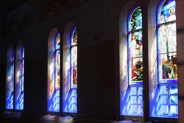 色ガラス越しの光