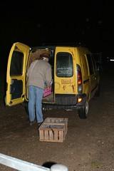 Reinhard Erichsen vom Wikinger Museum Haithabu packt die Hühner in sein gelbes Steinzeitauto WHH 31-10-2010