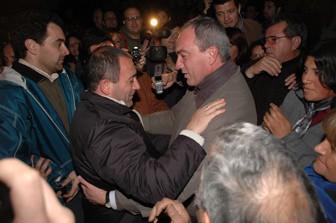 Sergio Cóser se saluda con Luis Juez