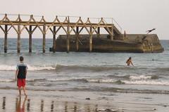 Escena de una playa (bewareofthehuman) Tags: bridge beach puente jump jumping lanzarote playa canarias scene reflejo salto nio olas ola escena surfista arrieta