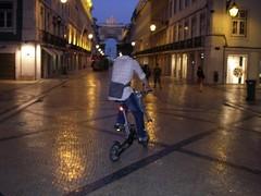 De bicicleta pela Rua Augusta, no lusco-fusco