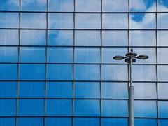 Le rêve d'Herbert, ... n°12 (louistib) Tags: blue light sky paris france bird lines square la streetlamp lumière pigeon ladefense bleu ciel herbert defense soe oiseau lignes lampadaire ladéfense carré défense cnit réverbère louistib rêveurherbert dreamerherbert