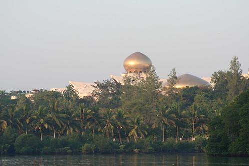 Vista diurna del oculto Palacio Istana nurul Iman