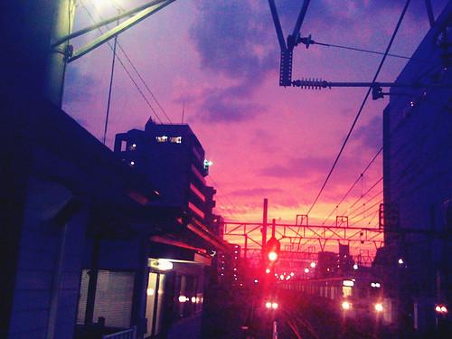北の空が見事な色合いになっていた。電車に乗る直前。camerabagのcolorcrossだったと思う。