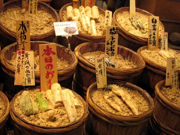2007.6.16 錦・高倉屋 京都のお漬け物やさん5 樽が並ぶ
