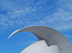 Geometra contra el cielo (_Zahira_) Tags: blue sky azul lafotodelasemana arquitectura olympus cielo nd e500 uro interestingness245 i500 35mmmacro ltytrx5 ltytr2 ltytr1 top20blue