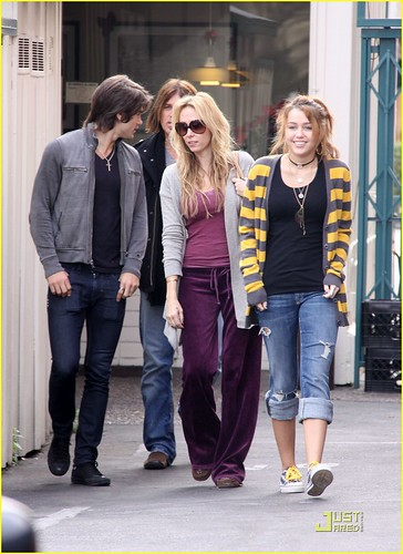 miley-cyrus-family-paty-lunch-06
