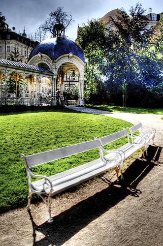 White bench. Karlovy Vary. Banco blanco