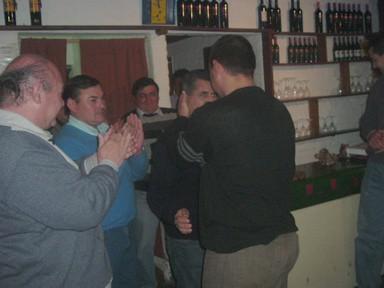 Hugo De Battisti al momento de recibir su presente