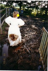 ap11-009_2 (swinegel) Tags: mud weddingdress schlamm brautkleid horsedung pferdekoppel pferdemist trashthedress