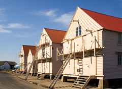 Tollesbury Sail Lofts (. Andrew Dunn .) Tags: uk red england white buildings landscape wooden paint 4 ladder essex stilts eastanglia redroofs boathouses tollesbury sailloft gradeiilisted grade2listed noncy