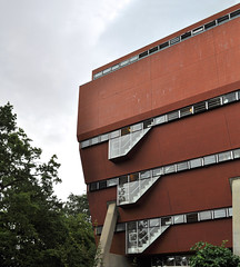 james stirling, florey building, oxford 1966-1971 (seier+seier) Tags: uk red england building glass arquitetura architecture modern tile james arquitectura university stirling creative modernism commons cc architect oxford architektur architettura architectuur constructivism queenscollege jamesstirling florey seierseier